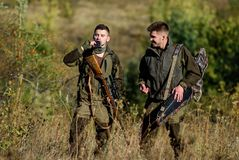 Cazadores del hombre con el arma del rifle Boot Camp Habilidades de la caza y equipo del arma Cómo caza de la vuelta en la afició imagen de archivo