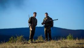 Cazadores del hombre con el arma del rifle Boot Camp Moda del uniforme militar Amistad de los cazadores de los hombres Fuerzas de fotos de archivo libres de regalías