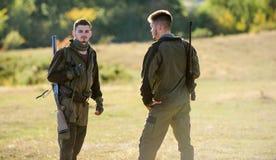 Cazadores del hombre con el arma del rifle Boot Camp Moda del uniforme militar Amistad de los cazadores de los hombres Fuerzas de imagen de archivo libre de regalías