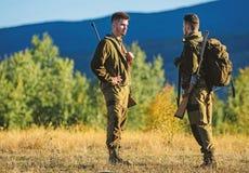 Cazadores del hombre con el arma del rifle Boot Camp Uniforme militar Amistad de los cazadores de los hombres Fuerzas del ej?rcit fotografía de archivo