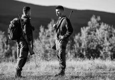 Cazadores del hombre con el arma del rifle Boot Camp Uniforme militar Amistad de los cazadores de los hombres Fuerzas del ej?rcit fotografía de archivo libre de regalías