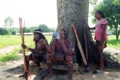 Cazadores Krikati - indios nativos del Brasil fotos de archivo