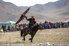 Cazaque Eagle Hunter dourado na roupa tradicional Imagens de Stock Royalty Free