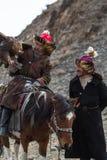 Cazaque Eagle Hunter dourado na roupa tradicional Imagens de Stock