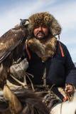 Cazaque Eagle Hunter dourado na roupa tradicional Fotografia de Stock