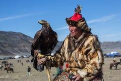 Cazaque Eagle Hunter dourado na roupa tradicional Imagem de Stock