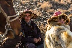 Cazaque Eagle Hunter dourado na roupa tradicional de Mongólia ocidental Imagem de Stock Royalty Free