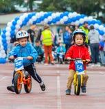 CAZAQUISTÃO, ALMATY - 11 DE JUNHO DE 2017: As competições do ciclismo do ` s das crianças visitam de criança As crianças envelhec Foto de Stock Royalty Free