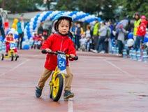 CAZAQUISTÃO, ALMATY - 11 DE JUNHO DE 2017: As competições do ciclismo do ` s das crianças visitam de criança As crianças envelhec Imagem de Stock Royalty Free