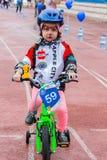 CAZAQUISTÃO, ALMATY - 11 DE JUNHO DE 2017: As competições do ciclismo do ` s das crianças visitam de criança As crianças envelhec Imagem de Stock
