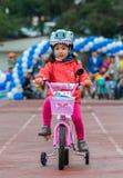 CAZAQUISTÃO, ALMATY - 11 DE JUNHO DE 2017: As competições do ciclismo do ` s das crianças visitam de criança As crianças envelhec Fotografia de Stock