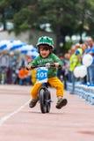 CAZAQUISTÃO, ALMATY - 11 DE JUNHO DE 2017: As competições do ciclismo do ` s das crianças visitam de criança As crianças envelhec Fotos de Stock Royalty Free