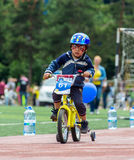CAZAQUISTÃO, ALMATY - 11 DE JUNHO DE 2017: As competições do ciclismo do ` s das crianças visitam de criança As crianças envelhec Imagens de Stock