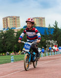 CAZAQUISTÃO, ALMATY - 11 DE JUNHO DE 2017: As competições do ciclismo do ` s das crianças visitam de criança As crianças envelhec Imagens de Stock Royalty Free