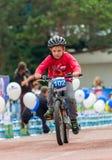 CAZAQUISTÃO, ALMATY - 11 DE JUNHO DE 2017: As competições do ciclismo do ` s das crianças visitam de criança As crianças envelhec Foto de Stock