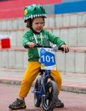 CAZAQUISTÃO, ALMATY - 11 DE JUNHO DE 2017: As competições do ciclismo do ` s das crianças visitam de criança As crianças envelhec Fotos de Stock