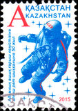 CAZAQUISTÃO - CERCA DE 2015: O selo impresso em Cazaquistão devotou o 50th aniversário o primeiro spacewalk do ser humano da excu Imagem de Stock Royalty Free