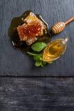 Cazo de la miel, del panal, de la menta y de la miel Imagenes de archivo