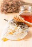 Cazo de la miel en el panal de la abeja Fotos de archivo