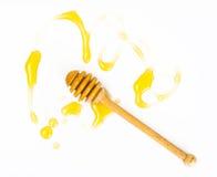 Cazo de la miel y miel fragante en un cuenco Fotos de archivo libres de regalías