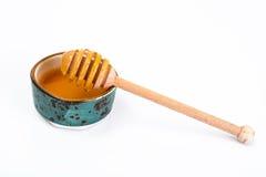 Cazo de la miel y miel fragante en un cuenco Foto de archivo libre de regalías