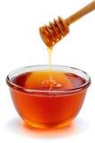 Cazo de madera con el tazón de fuente de miel. Imagenes de archivo