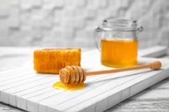 Cazo de madera con la miel a bordo, Imagen de archivo libre de regalías