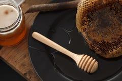 Cazo de madera de la miel con todavía de la torta el primer suave de la vida Fotografía de archivo libre de regalías