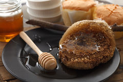 Cazo de madera de la miel con todavía de la torta el primer suave de la vida Imágenes de archivo libres de regalías