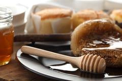 Cazo de madera de la miel con todavía de la torta el primer suave de la vida Foto de archivo