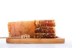 Cazo fresco del panal y de la miel en el fondo blanco Fotos de archivo
