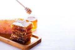 Cazo fresco del panal y de la miel en el fondo blanco Imagen de archivo