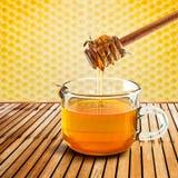 Cazo y abeja de la miel Foto de archivo