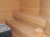 Cazo y cubo de madera en sauna imagenes de archivo