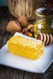 Cazo y panal de la miel Imagen de archivo