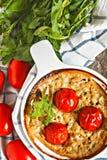 Cazuela con el calabacín, los tomates y los verdes en una servilleta en un wo Imágenes de archivo libres de regalías
