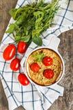 Cazuela con el calabacín, los tomates y los verdes en una servilleta en un wo Fotografía de archivo libre de regalías