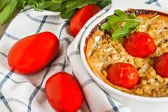 Cazuela con el calabacín, los tomates y los verdes en una servilleta en un wo Fotos de archivo libres de regalías