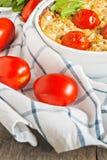 Cazuela con el calabacín, los tomates y los verdes en una servilleta en un wo Imagen de archivo libre de regalías