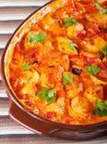 Cazuela con el pollo, potatos y tomates Imagenes de archivo