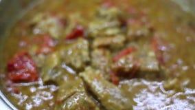 Cazuela con la carne de ebullici?n - llam? el kebap del tas - con los tomates frescos, verduras y aceite de oliva - Griego tradic almacen de metraje de vídeo