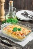 Cazuela con las patatas, el queso, la manzana verde fresca y el limón, SE Foto de archivo libre de regalías