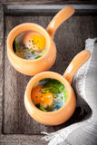 Cazuela con los huevos, la espinaca y el parmesano para el desayuno Fotos de archivo libres de regalías
