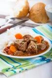 Cazuela de la carne de vaca y de la verdura servida con arroz Imagen de archivo libre de regalías