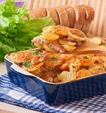 Cazuela de la patata con la carne y las setas Foto de archivo libre de regalías