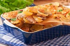Cazuela de la patata con la carne y las setas Imagen de archivo