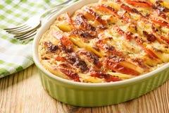 Cazuela de la patata con los tomates, el ajo y el queso Fotografía de archivo libre de regalías