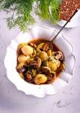 Cazuela de la patata, de la seta y del calabacín foto de archivo