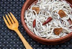 Cazuela de las anguilas jóvenes Imagen de archivo libre de regalías