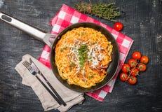cazuela de las pastas con los huevos, el tomate secado al sol y el queso Foto de archivo